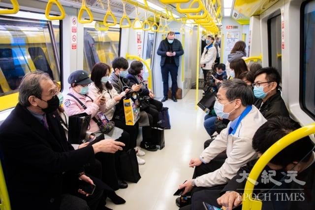 新北捷運環狀線第一階段31日正式通車,將提供1個月免費搭乘,3月1日正式收費。圖為民眾搭乘環狀線。(記者陳柏州/攝影)