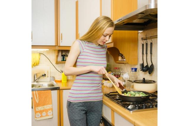 家庭主婦不開啟排油煙機的習慣,也相對增加罹患肺癌的機率。(Shutterstock)