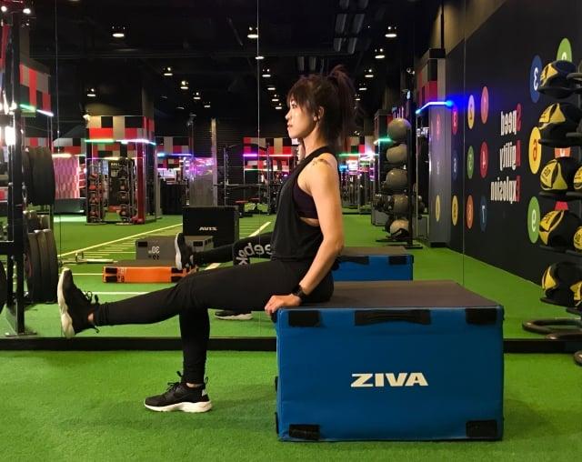膝蓋保養動作3坐姿抬腿。(業者提供)