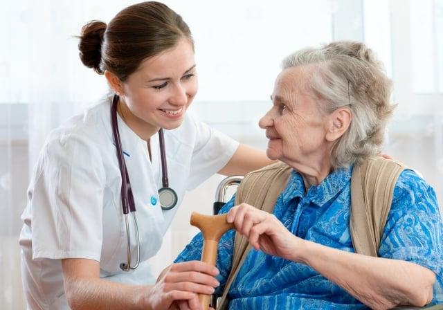 造成高齡衰弱有多重的原因,無法以單一問題來解釋,可以分為內在因子與外 在因子,此兩種因子會彼此交互作用而誘發並促使衰弱的發生。(shutterstock)