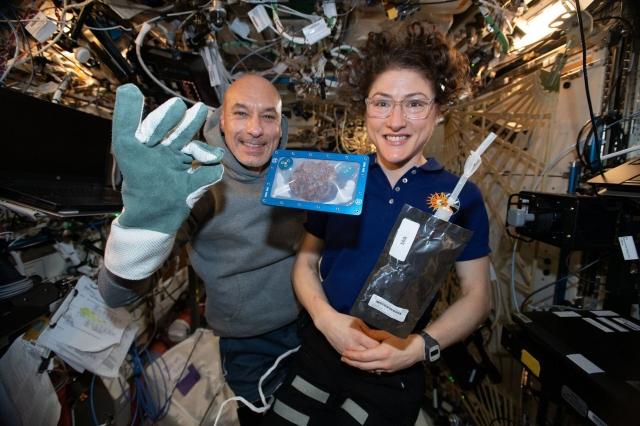 太空人Christina和國際太空站站長Luca在太空中成功烤製餅乾。(NASA)