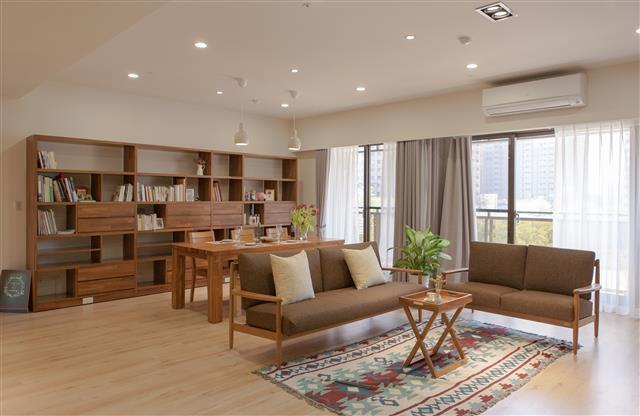 歐克斯柚木(WORKS)搭配室內設計丈量訂做,呈現現整體風格與美感。(歐克斯柚木家具提供)
