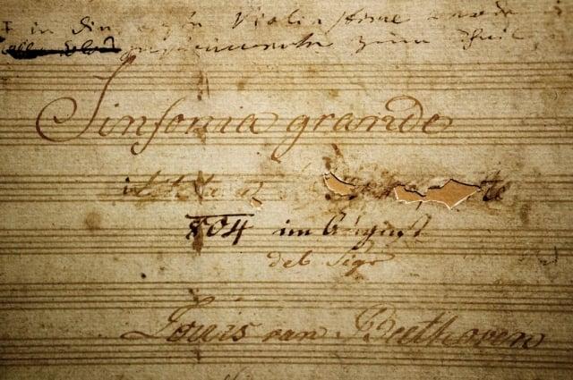 英雄交響曲總譜封面,可見貝多芬修改的字跡。維也納音樂之友協會藏。(維基百科)