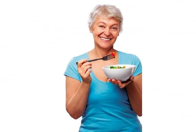 咀嚼能力和腦部退化有著關聯性,咀嚼功能越好的長者,腦部退化越慢。(shutterstock)