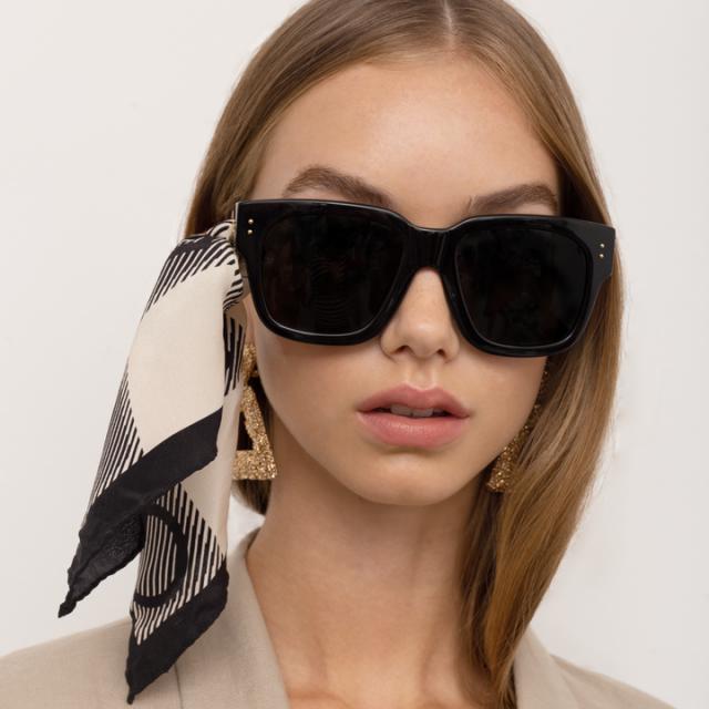 花紋絲巾無論與鏡框配搭或單獨當配件都適合。(品牌提供)