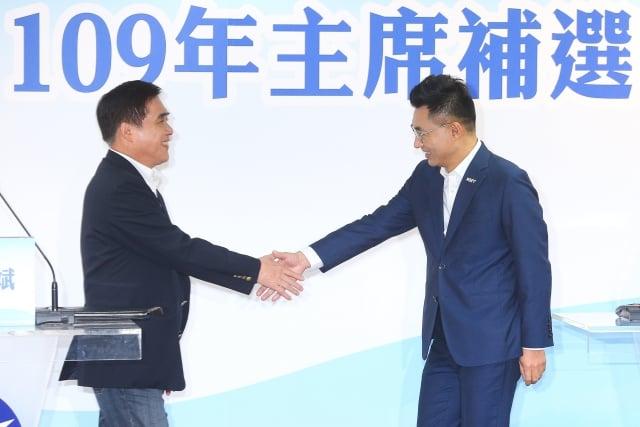 國民黨主席補選政見說明會12日下午在中央黨部12樓登場,會後兩名參選人、前副主席郝龍斌(左)與立委江啟臣(右)握手致意。(中央社)