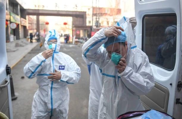 2月13日,內蒙古自治區新型冠狀病毒疫情防控工作指揮部發布通告,對全區所有單位、居民小區、嘎查村實行封閉式管理。圖為內蒙古呼和浩特的醫療人員。(Getty Images)