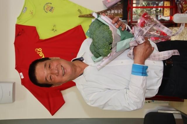 台東市長張國洲收到果菜市場員工用三顆青花菜綁成的情人節花束。