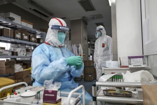 中國網紅「stone記」引述內部消息指出,武漢肺炎疫情的0號病人疑似是武漢病毒所內人員。圖為武漢防疫人員。(路透)