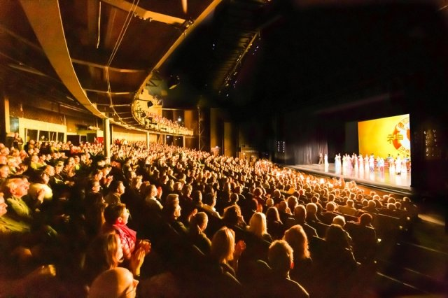 神韻巡迴藝術團在科隆圓頂音樂廳上演了兩場演出,兩場都是大爆滿。(記者Matthias Kehrein/攝影)