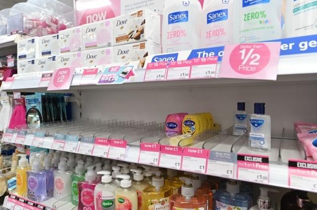 由於擔心新冠病毒疫情,2月4日,倫敦一家藥局裡的洗手消毒凝膠被搶購一空。(AFP via Getty Images)