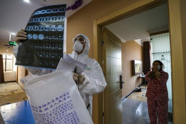一線醫生斥責當局對疫情病患康復數字造假。圖為武漢一家醫院。(STR/AFP via Getty Images)
