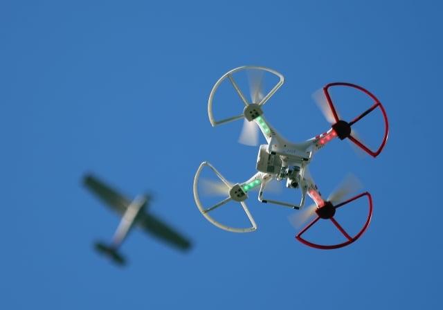 交通部民航局1日起開放無人機免費註冊,若未依規定註冊,將罰新台幣3萬至15萬元。(Getty Images)