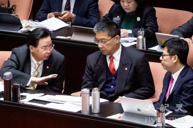 對於義大利僑界提出「包機撤僑」建議,外交部長吳釗燮(左1)10日回應,「『包機』因義台停航,所以有困難」。(記者陳柏州/攝影)