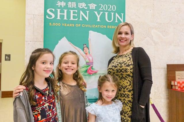 Brad Hupp醫師和太太Michelle Hupp帶著兩個孩子在美國威尼斯表演藝術中心觀看神韻演出。(麥蕾)