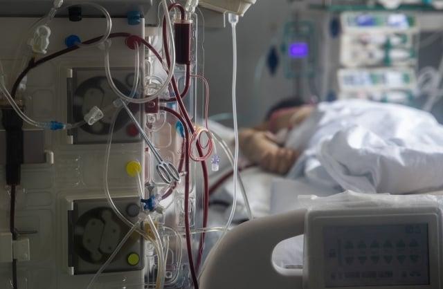 有網友爆料,自己父親是重症中共肺炎患者,身上還插著許多導管,但卻被醫院強制安排出院。示意圖。(Getty Images)