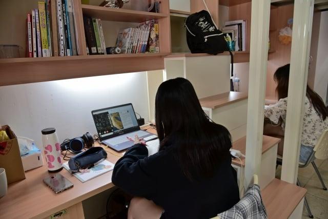 住宿同學遠距上課。