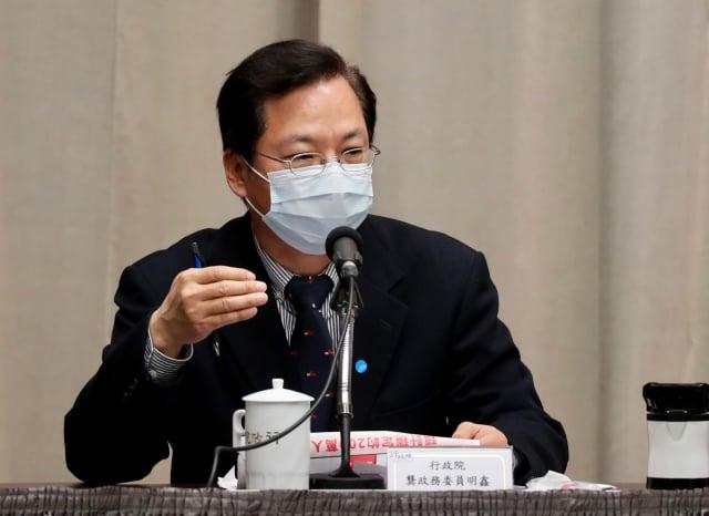 政務委員龔明鑫13日在紓困記者會上表示,紓困階段「當然有發現金」但非齊頭式,而是發給受疫情傷害嚴重、真正需要的人與企業。(中央社)