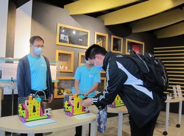 屏東大學科普系學生研發酒精自動噴霧器,投入圖書館防疫使用。(記者簡惠敏/攝影)
