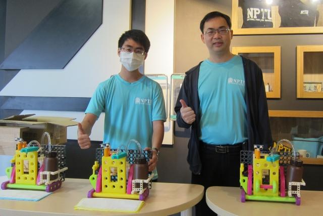 屏東大學科普系學生周炫辰(左)在吳聲毅副教授(右)鼓勵下,研發酒精自動噴霧器。(記者簡惠敏/攝影)