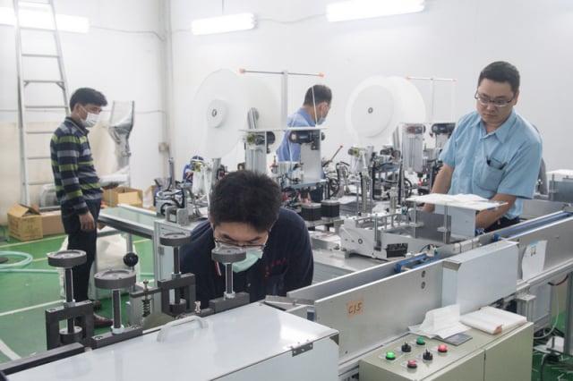 台灣口罩國家隊快速打造92台口罩機設備,成為全球第二大口罩生產國,在國際打響名號,不少國外業者向台灣廠商下單購買口罩機。(中央社)