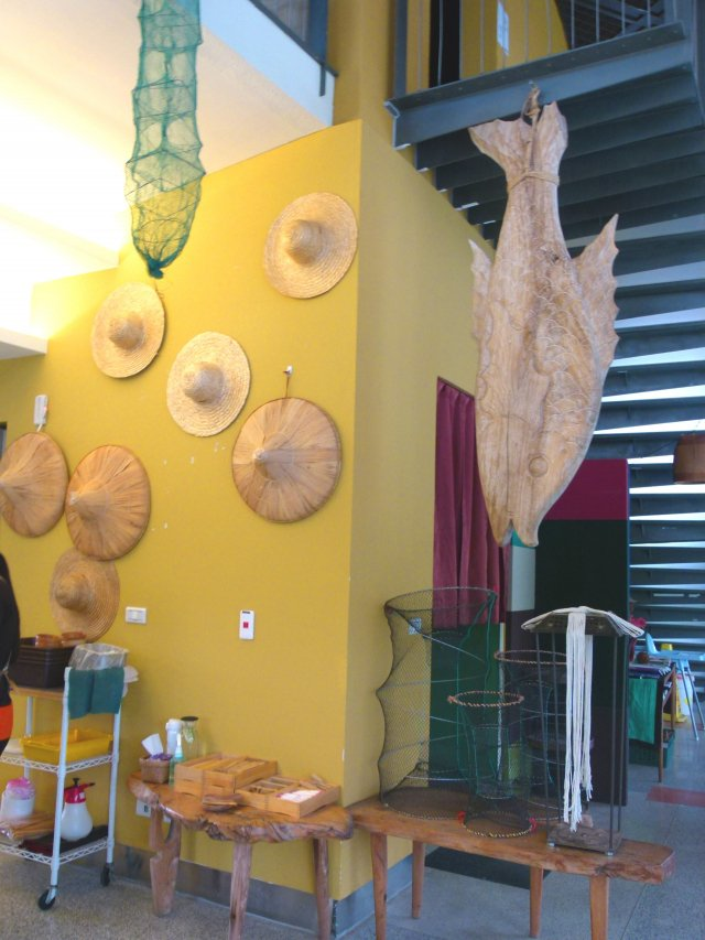 餐廳一角展示的部落手工藝品。(攝影/龍芳)