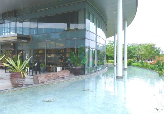 臺東美術館餐廳周邊的環境幽靜空曠。(攝影/龍芳)