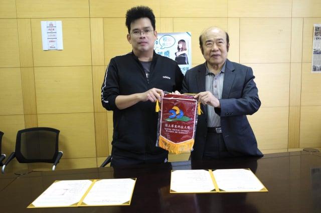 屏科大職涯發展處蔡展維處長(左)與1111人力銀行總裁林文雄(右)簽約。(屏東科技大學提供)