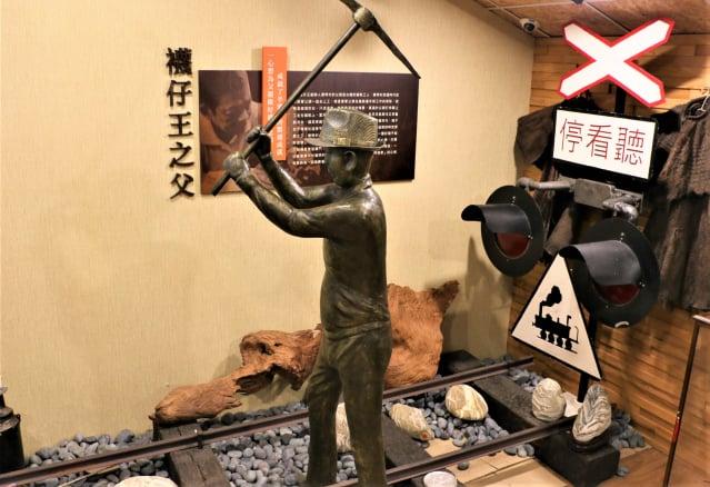 鐵道修護工─襪子王之父雕塑造景。(攝影/吳雁門)
