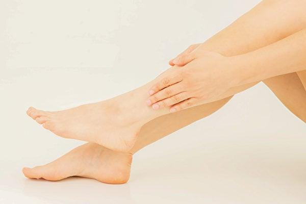 只要做頭倒立,聚集在下肢的淋巴液和水分便會從下肢往頭部方向回流,藉以消除水腫,雙腿也會更加光滑。(Shutterstock)