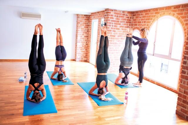 瑜伽動作中,以頭部支撐的倒立姿勢「頭倒立」,更被稱為「瑜伽之王」。倒立究竟有哪些好處?韓國人氣瑜伽老師金多惠告訴你。(Shutterstock)