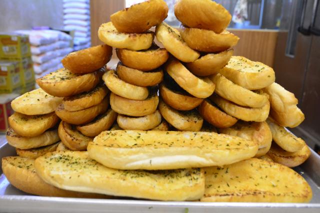 越南人賣的法國麵包中,最具誘惑力的蒜香麵包,一出爐就香氣四溢。(攝影/賴瑞)