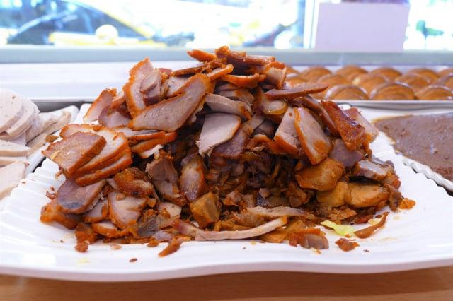 特製的越南燒肉、火腿、豬肉凍,用鹽、糖、醬油、沙嗲滷到入味,再切成肉片。(攝影/賴瑞)