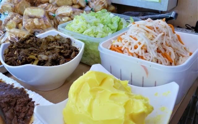 沙嗲酸菜牛肉夾心麵包,是用鹽、糖、醬油、沙嗲辣椒醬炒香的牛肉絲,配上特製的酸菜非常對味。(攝影/賴瑞)