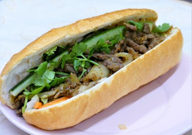 沙嗲酸菜牛肉夾心麵包。(攝影/賴瑞)