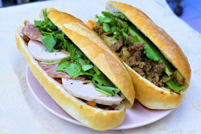 熱銷的招牌綜合夾心麵包和沙嗲酸菜牛肉夾心麵包。(攝影/賴瑞)