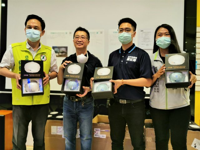 鄧鴻吉15日提供200部清淨器,由立委張廖萬堅助理(右1)及市議員羅廷瑋(右2)、張耀中(左1)轉發給有特殊需要的人。(記者黃玉燕/攝影)