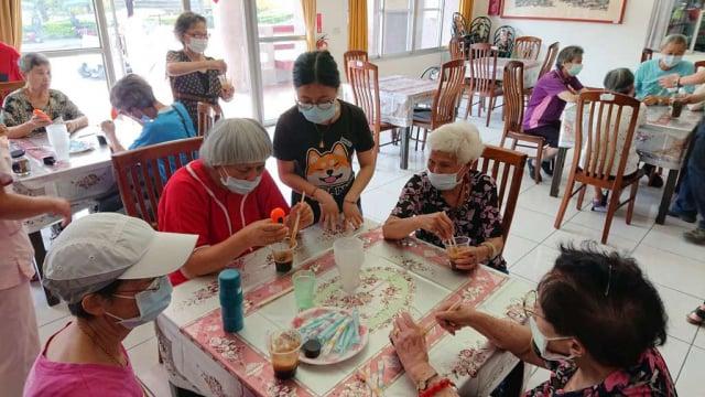 彰化榮家住民學做「400次咖啡」。(彰化榮家提供)