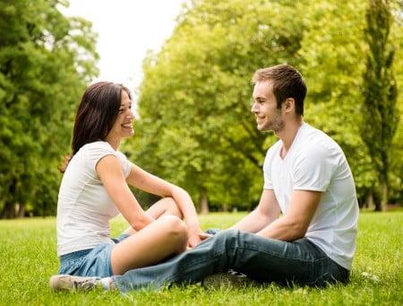 伴侶之間每出現一次負面交流,至少需要額外進行五次正面交流。(Fotolia)