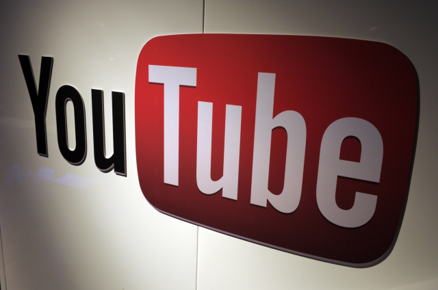 Google、Twitter、YouTube這類社群媒體,已不能視為一般商業平臺。(ERIC PIERMONT/AFP/Getty Images)