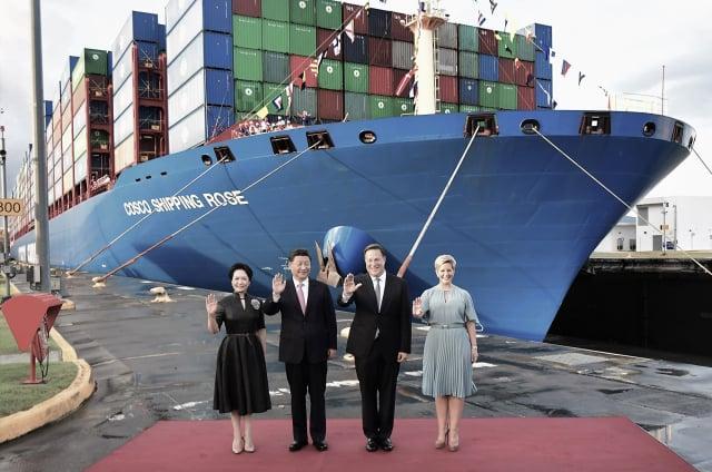 香港首富李嘉誠擁有巴拿馬運河90%經營權,美國憂慮中共藉由李嘉誠的和黃公司控制該條戰略性水道,威脅美國安全。圖為2018年12月3日習近平在G20會議後訪問巴拿馬,背景是一中國貨櫃船,停靠在剛啟用的巴拿馬運河Cocoli碼頭。(LUIS ACOSTA / AFP)