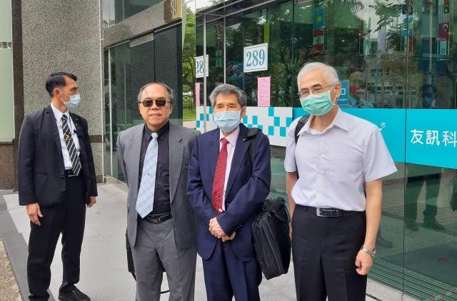 網通廠友訊昨(1)日召開臨時董事會,會中推舉李中旺(右1)為董事長。(中央社)