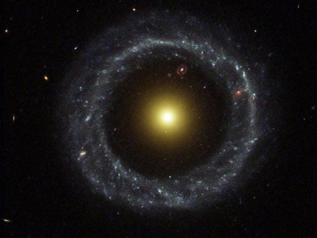 霍格天體Hoag's Object外面是一圈由藍色恆星(較年輕的大型恆星)組成的近乎完美的圓環。(NASA/ESA)