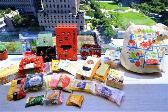 澎湃包品項包含太陽餅、鳳梨酥、狀元糕、金磚米、梨山茶葉、一口烏魚子、排骨酥麵隨身包、頂級藝伎咖啡、原葉茶品等,20項產品。(台中市政府提供)