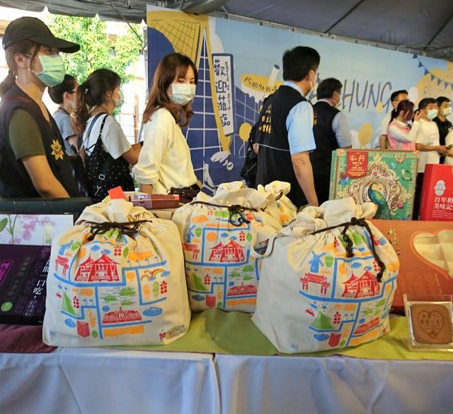 阿中部長來台中,市長盧秀燕致贈裝滿20項在地好禮的「十全十美澎湃包」,以超值價格2,999元限量釋出30份,6月5日至8日開放預購。