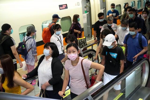 6月6日是高雄人行使公民罷免權的日子,高鐵左營站5日中午湧現返鄉人潮。(中央社)