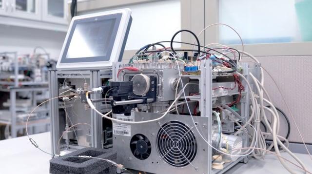 中研院基因體研究中心院士陳仲瑄、研究技師林俊利,推出新一代可攜式多游離源生物質譜儀,可望應用於毒品快篩及環境檢測。圖為質譜儀原型機。(中研院提供)