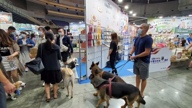 國內疫情趨緩,南臺灣首場寵物用品展12日在高雄巨蛋登場。(李正芳)