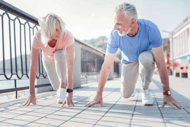 年歲老大無力氣,身體漸衰常苦惱,永不放棄活下去,堅持到底過得好。(123RF)