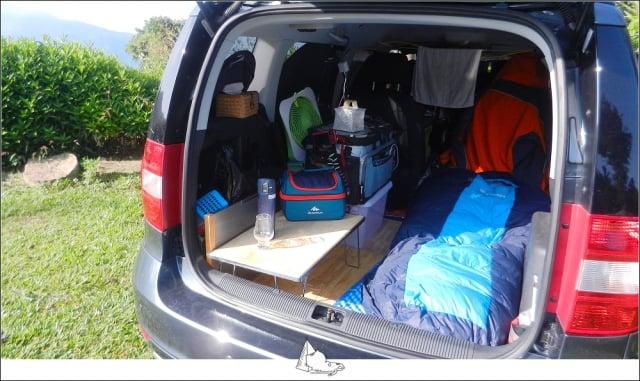 這一種露營方式是開車出去,然後睡在車上,叫「車宿」。(睡外面露營社提供)